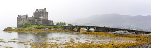 在高地山的爱莲・朵娜城堡在苏格兰 免版税图库摄影