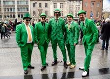 在高地方的五套男服爱尔兰服装在圣帕特里克` s天ParadeÂ在都伯林,爱尔兰, 2015年3月18日 图库摄影