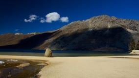 在高地的湖边在四川中国 免版税库存照片