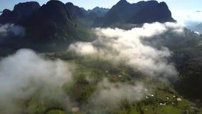 在高地谷的飞行几乎没有掩藏与有雾的云彩 股票视频
