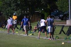 在高地高尔夫球的实践发球区域在森林公园 免版税库存照片