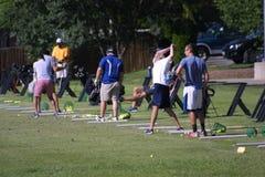 在高地高尔夫球的实践发球区域在森林公园 免版税库存图片