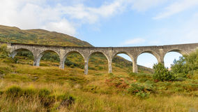 在高地,秋天季节的苏格兰的Glenfinnan高架桥 免版税库存图片