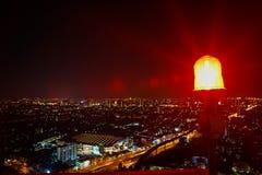 在高塔上面的显示红灯  信号警告lig 免版税库存照片