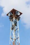 在高塔明白蓝天的报告人 免版税库存照片