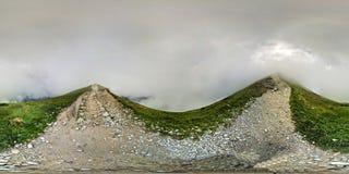 在高处的山行迹 免版税库存照片