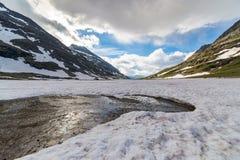 在高处的熔化的雪在阿尔卑斯 免版税库存图片