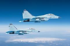 在高处,飞行高在天空的战斗任务操作的两个军用喷气式歼击机航空器 库存图片