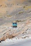 在高处Manali - Leh路,印度的卡车 免版税图库摄影