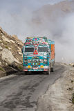 在高处Manali - Leh路,印度的卡车 库存照片