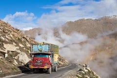 在高处Manali - Leh路,印度的卡车 图库摄影