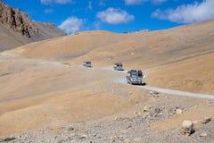 在高处Manali - Leh路,印度的卡车 库存图片