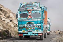 在高处Manali - Leh路,印度的卡车 免版税库存照片