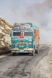 在高处Manali - Leh路,印度的卡车 免版税库存图片