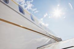 在高多云天空的班机飞行 免版税库存照片