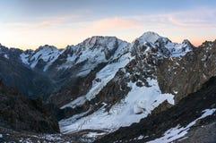 在高多雪的山的晚上 免版税图库摄影