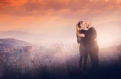 在高小山的快乐的夫妇以城市为目的 库存照片
