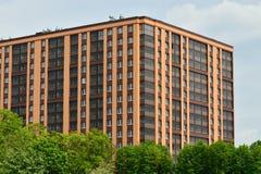 在高尔基街道上的新的大厦 加里宁格勒,俄国 免版税库存照片