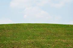 在高尔夫俱乐部和云彩的草 库存图片