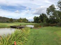 在高尔夫俱乐部的高尔夫球发球区域 库存照片