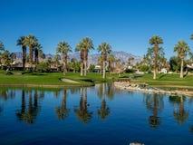 在高尔夫球场浇灌特点在Jw马里奥特沙漠春天 图库摄影