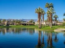 在高尔夫球场浇灌特点在Jw马里奥特沙漠春天 免版税库存图片