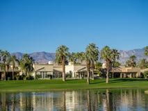 在高尔夫球场浇灌特点在Jw马里奥特沙漠春天 免版税图库摄影