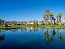 在高尔夫球场浇灌特点在Jw马里奥特沙漠春天 免版税库存照片