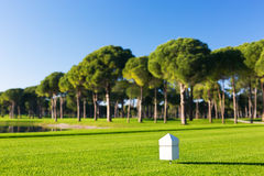 在高尔夫球场的一个发球区域的标志 免版税库存照片