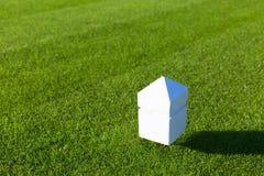 在高尔夫球场的一个发球区域的标志 库存图片