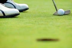 在高尔夫球场的一家高尔夫俱乐部 免版税图库摄影
