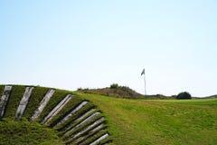 在高尔夫球场的孔旗子在一好日子 免版税库存图片