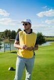 在高尔夫球场的小型运车 库存图片