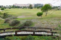 在高尔夫球场的小木桥 免版税库存图片