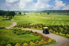 在高尔夫球场的巨大看法 免版税库存图片
