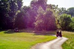在高尔夫球场的电车,活跃休闲,安静的体育,关于 库存图片
