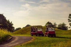 在高尔夫球场的电车,活跃休闲,安静的体育,关于 库存照片
