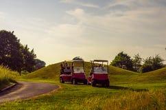在高尔夫球场的电车,活跃休闲,安静的体育,关于 免版税库存图片