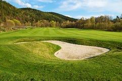 在高尔夫球场的白色沙子地堡 免版税库存照片