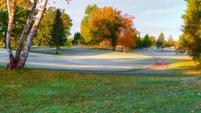 在高尔夫球场的秋天颜色 库存照片