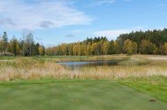 在高尔夫球场的秋天 库存照片