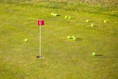 在高尔夫球场的训练孔 免版税库存图片