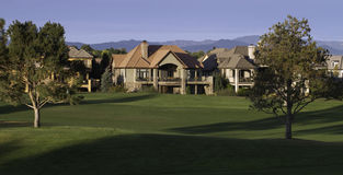 在高尔夫球场的豪宅 库存照片