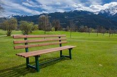 在高尔夫球场的长凳 图库摄影