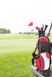 在高尔夫球场的高尔夫俱乐部袋子反对清楚的天空 免版税库存图片