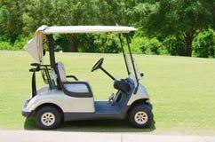 在高尔夫球场的高尔夫车 库存图片