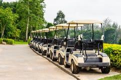 在高尔夫球场的高尔夫车 免版税库存图片