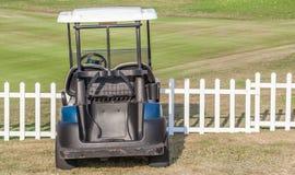 在高尔夫球场附近的高尔夫车公园 免版税库存照片
