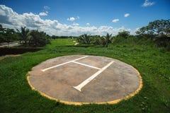 在高尔夫球法院的直升机基地在热带手段,蓬塔Cana 图库摄影
