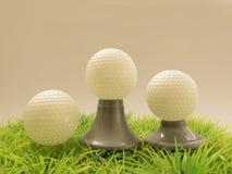在高尔夫球的奖,与另外发球区域的球 库存图片